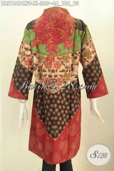 Foto tampak belakang model baju batik atasan wanita modern