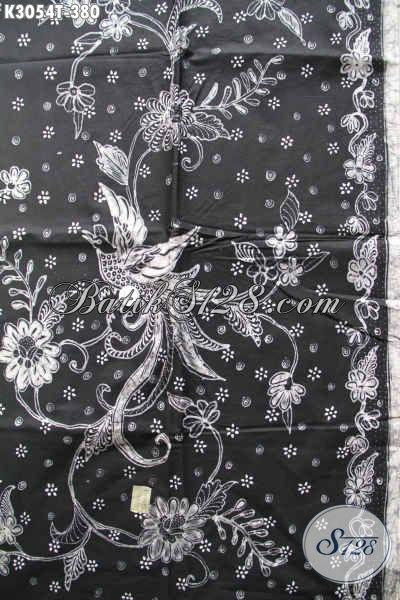 Motif batik tulis cendrawasih warna hitam putih saja, walaupun masih kelengan (warna dasar) tapi banyak disukai